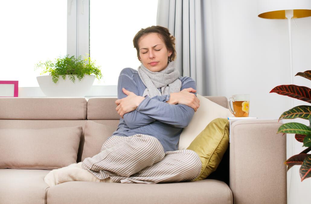kobieta siedząca na kanapie z gorączką